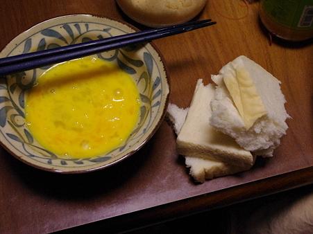 たまごを溶く、パンをちぎる