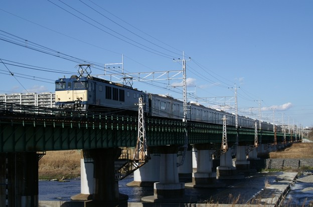 青空の下、東京に別れを告げる207系マト71編成