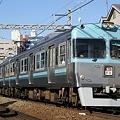 澄んだ空と同じ色の電車