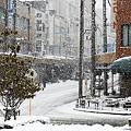 雪の降る街並み。