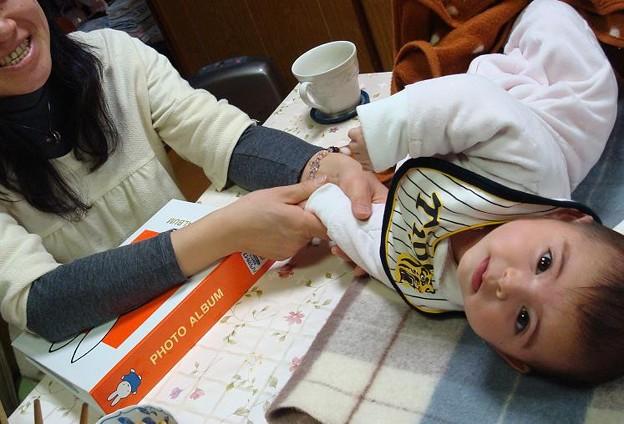 Tomoko massages Akari.(Joke)