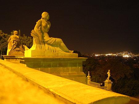 バルセロナの町を見下ろす女神
