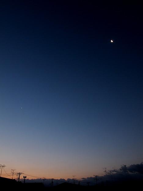 東雲の月と星