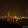 写真: 夜の工場地帯
