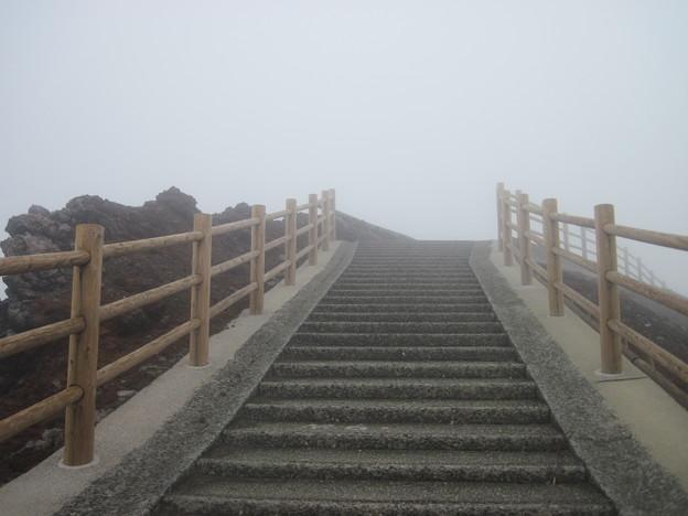 階段を上りますが