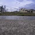 Photos: 川辺に座って