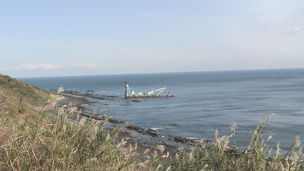 堀切峠近辺の海岸に座礁した浚渫(しゅんせつ)船 1