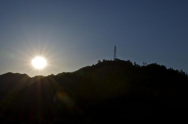 陽に映える鉄塔