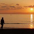 写真: 夕日の浜で