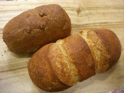 くるみパン(左)いなかパン(右)