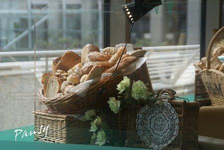 パンの並ぶ窓・・