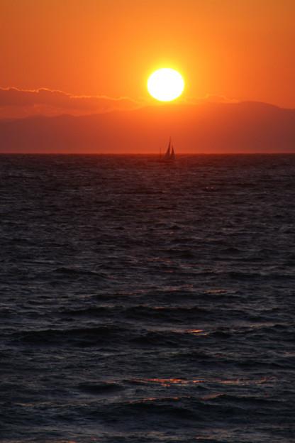 写真: 夕陽に浮かび出るヨット!