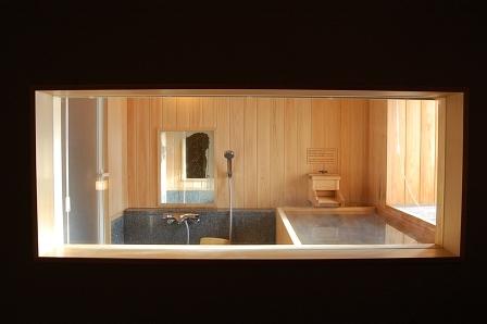 客室から風呂が丸見え。恥ずかしかったらブラインドを下げよう