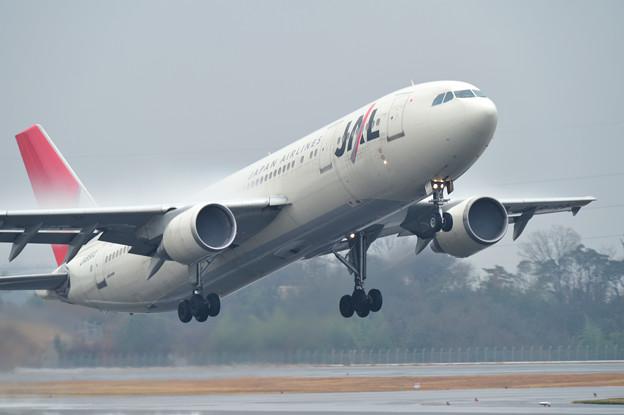 A300 高松空港、雨。