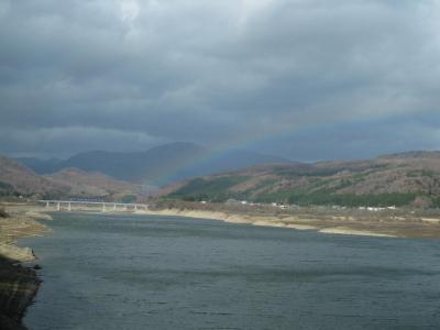 ダム湖の虹