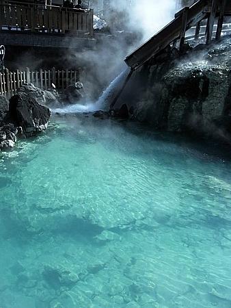 エメラルドブルーの草津温泉
