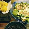 写真: サラダと真だちの天ぷら