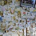 写真: 北浜駅の貼り付け物たち