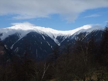 白く輝く北岳、間ノ岳