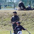 写真: 打球の行方は